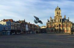 Praça da cidade e igreja nova na louça de Delft, Países Baixos imagem de stock
