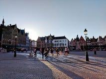 Praça da cidade perto da câmara municipal em Bruges foto de stock royalty free