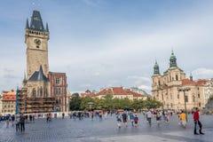 Praça da cidade velha com turistas imagem de stock
