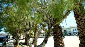 Praça da cidade velha de Grécia da Creta com turistas e os restaurantes sightseeing em um dia ensolarado filme