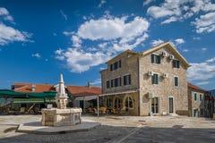 Praça da cidade velha de Herceg Novi com água potável fotos de stock royalty free