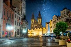 Praça da cidade velha de Praga na noite com céu das estrelas imagens de stock royalty free
