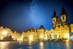Praça da cidade velha famosa na noite em Praga com céu das estrelas foto de stock
