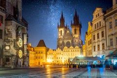 Praça da cidade velha na noite em Praga com céu das estrelas imagens de stock
