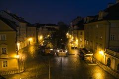 A praça da cidade velha no crepúsculo disparou do ponto alto aéreo do vintage, Praga, República Checa imagens de stock royalty free