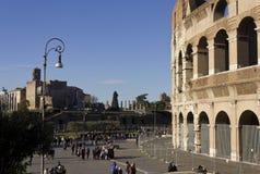 Praça del Colosseo em Roma com povos ao redor Foto de Stock