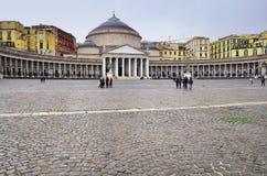 Praça del Plebiscito e a igreja de San Francesco di Paola, Nápoles, Itália Fotografia de Stock Royalty Free