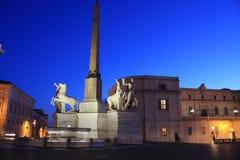 A praça del Quirinale com o palácio de Quirinal e a fonte de Dioscuri em Roma, Lazio, Itália fotos de stock