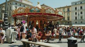 Praça Della Republica, Florença, Itália, em junho de 2017: Muitos turistas andam, admiram as vistas, carrossel do ` s das criança vídeos de arquivo