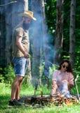 Prażaków marshmallows popularna grupowa aktywność wokoło ogniska Para w miłość prażaka campingowych lasowych marshmallows Para obraz royalty free
