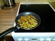 Prażak grule na niecce na kuchence na ceramicznym hob, obrazy stock