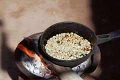 Prażak kawa dalej otwiera ogień zdjęcie royalty free