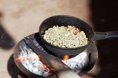 Prażak kawa dalej otwiera ogień obrazy royalty free