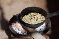 Prażak kawa dalej otwiera ogień fotografia stock