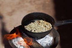 Prażak kawa dalej otwiera ogień obraz royalty free