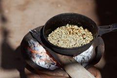 Prażak kawa dalej otwiera ogień zdjęcia royalty free