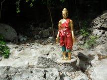 Pra-cantó: Estatua-como en la montaña de la piedra caliza de la literatura Forset tailandés Imagen de archivo libre de regalías