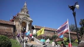 Pra de Wat ese Lampang Luang Templo budista del estilo de Lanna almacen de metraje de vídeo