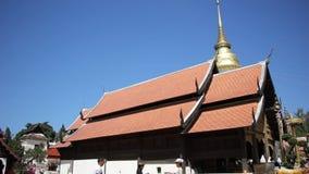 Pra de Wat ese Lampang Luang Templo budista del estilo de Lanna almacen de video
