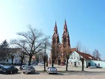 Praça da cidade de Sveksna e igreja bonita, Lituânia Foto de Stock