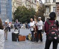 Praag, 29 augustus: Kunstenaarsstraat in Oud Stadsplein van Praag, Tsjechische Republiek Stock Afbeeldingen