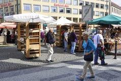 Praag, 29 augustus: Markt en voedseltribunes in Praag, Tsjechische Republiek Stock Afbeeldingen