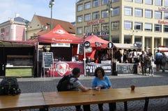 Praag, 29 augustus: Markt en voedseltribunes in Praag, Tsjechische Republiek Royalty-vrije Stock Foto's