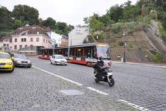Praag, 29 augustus: Moderne gearticuleerde Tram in Praag, Tsjechische Republiek Royalty-vrije Stock Afbeeldingen