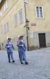 Praag, 29 augustus: Patrouille van Hradcany-Kasteel in de Tsjechische Republiek van Praag Stock Afbeelding