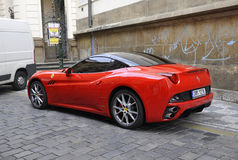 Praag, 29 Augustus: Rode Auto op straat van Praag in Tsjechische Republiek Royalty-vrije Stock Fotografie
