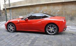 Praag, 29 Augustus: Rode Auto op straat van Praag in Tsjechische Republiek Royalty-vrije Stock Afbeelding