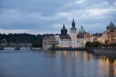 Praag bij nacht met Charles BridgeKarluv Most over Vltava-rivier stock afbeeldingen