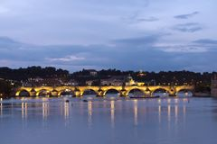 Praag bij nacht met Charles BridgeKarluv Most over Vltava-rivier stock foto