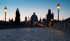 Praag, Charles Bridge bij dageraad Royalty-vrije Stock Foto's