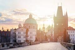 Praag, Charles Bridge Karluv Most in de ochtendzon, Czechia royalty-vrije stock afbeelding