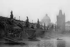 Praag Charles IV Brug in mist Stock Afbeeldingen