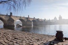 Praag in de Lente, Charles Bridge op een nevelige ochtend stock afbeeldingen