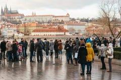 Praag, 24 December, 2016: De groep toeristen bevindt zich dichtbij Charles Bridge en bewondert de mening van de historische gebou Stock Foto
