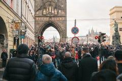Praag, 24 December, 2016: Een menigte van plaatselijke bewoners en de toeristen bevinden zich door de weg en wachten op het groen Stock Foto's