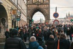 Praag, 24 December, 2016: Een menigte van plaatselijke bewoners en de toeristen kruisen de weg aan het groene licht naast Charles Stock Afbeeldingen