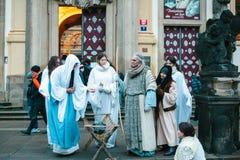 Praag, 25 December, 2016: Kerstmis in Praag De actoren spelen de Kerstmisscène van Jesus Christ die zich naast Praag bevinden Royalty-vrije Stock Foto