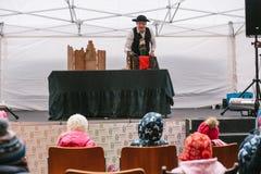 Praag, 18 December, 2016: Ontwerpmarkt in Praag - de mens in hoed en kostuum toont poppentheater op straatstadium vooraan Royalty-vrije Stock Foto