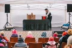 Praag, 18 December, 2016: Ontwerpmarkt in Praag - de mens in hoed en kostuum toont poppentheater op straatstadium vooraan Royalty-vrije Stock Fotografie