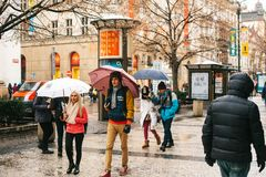 Praag, 24 December, 2016: Straten van Praag - de toeristen lopen aan beroemde plaatsen, het bezoeken winkels, koffie en ander pub Royalty-vrije Stock Fotografie