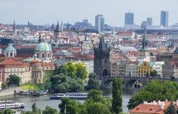 Praag en de rivier van Moldavië stock afbeelding