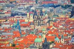 Praag en Oude Stadskerk, Tsjechische Republiek Stock Afbeeldingen