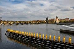 Praag, hoofdstad van de Tsjechische Republiek Toneelmening van de Oud architectuur en Charles Bridge van de Stadspijler over Vlta stock foto's