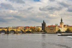 Praag, hoofdstad van de Tsjechische Republiek Toneelmening van de Oud architectuur en Charles Bridge van de Stadspijler over Vlta royalty-vrije stock foto