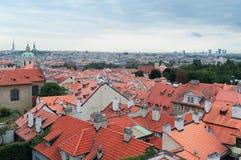 Praag, hoogste mening op de rode betegelde daken stock afbeeldingen