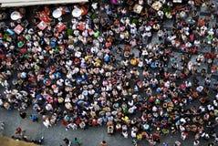 PRAAG 21 Juli, 2009 - luchtfoto van mensen die het Oude Stadsvierkant bezoeken Stock Foto's